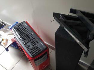 monitor,toetsen bord ,muis en serverkast